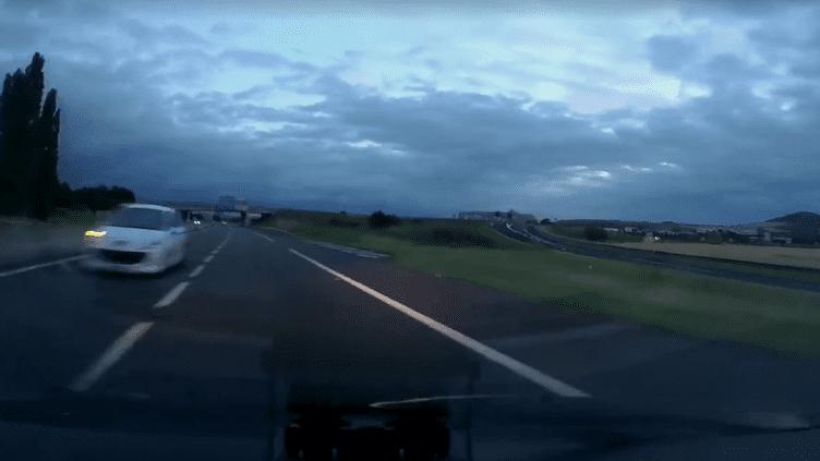 Un véhicule roule à contresens sur l'Autoroute A75 aux environs d'Aubière, près de Clermont-Ferrand (Puy-de-Dôme), dimanche 23 juillet 2017. (CAPTUERE D'ÉCRAN / Facebook de la Gendarmerie du Puy-de-Dôme)
