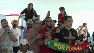 Les supporters français et portugais se sont pressés dans les bars pour regarder la rencontre entre la France et le Portugal, mercredi 23 juin. (CAPTURE ECRAN FRANCE 2)