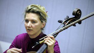 La violoncelliste Ophélie Gaillard, àMirecourt(Vosges), le 21 novembre 2013. (MAXPPP)