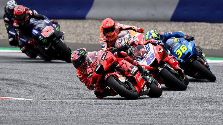 L'ItalienFrancesco Bagnaia au guidon de sa Ducati lors du premier départ du Grand Prix de Styrie, en MotoGP, le 8 août 2021. (JOE KLAMAR / AFP)