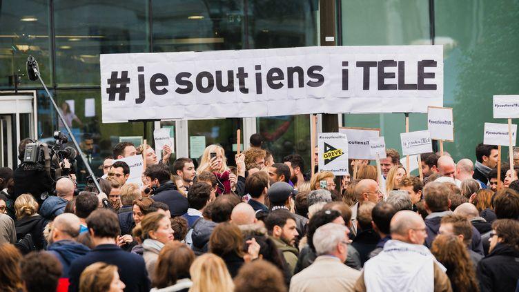Un rassemblement de soutien aux salariés d'i-Télé, le 25 octobre 2016, devant le siège de la chaîne à Boulogne-Billancourt (Hauts-de-Seine). (SIMON GUILLEMIN / HANS LUCAS / AF¨P)