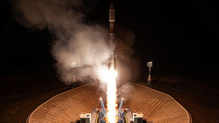 La fusée porteuse Soyouz et les satellites de la société britannique OneWeb, au cosmodrome de Vostochny, en Russie, le 1er juillet 2021. (HANDOUT / RUSSIAN SPACE AGENCY ROSCOSMOS)
