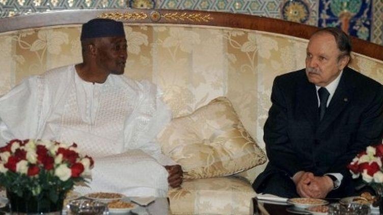 Le président déchu du Mali Amadou Touré et le président algérien Abdelaziz Boutéflika, octobre 2011. (AFP/FAROUK BATICHE )