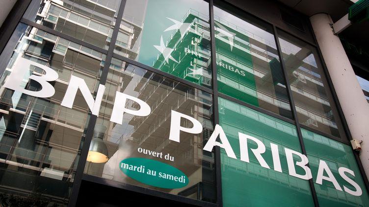 Devant une agence BNP Paribas, à Paris, en avril 2012. (LOIC VENANCE / AFP)