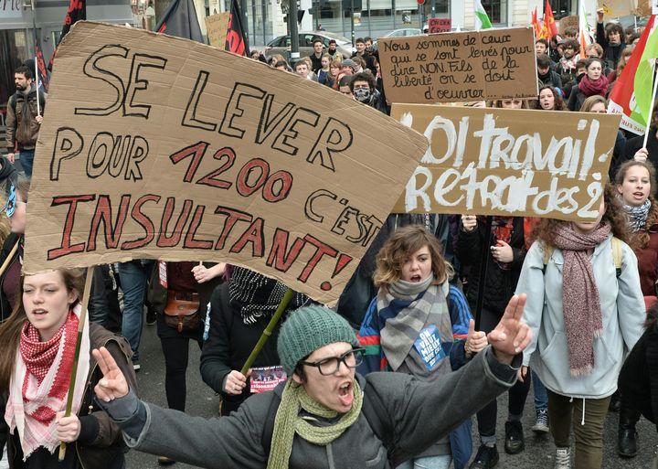 """Une pancarte citant la chanson """"A7"""" du rappeur SCH est brandie dans le cortège anti-loi Travail, jeudi 31 mars 2016 à Rennes (Ille-et-Vilaine). (JEAN-FRANCOIS MONIER / AFP)"""