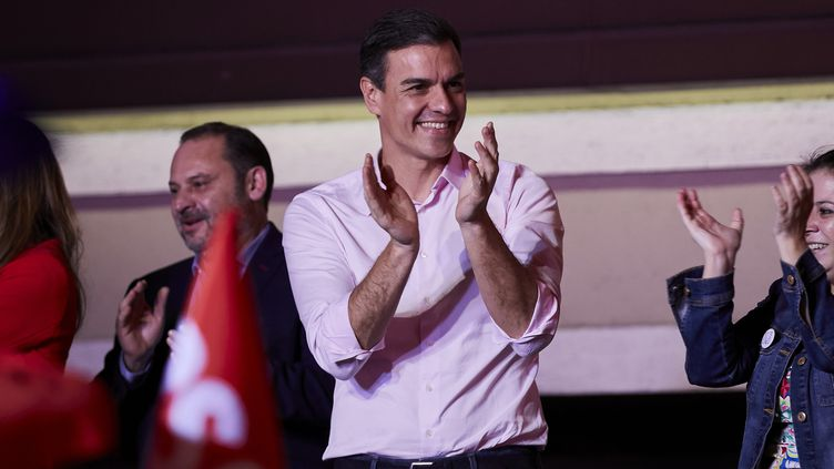 Pedro Sanchez salue ses partisans, le 28 avril 2019, à Madrid (Espagne). (A. WARE / NURPHOTO / AFP)