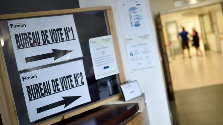 Dans un bureau de vote de Firminy (Loire) lors du second tour des élections municipales, le 28 juin 2020. (MAXPPP)