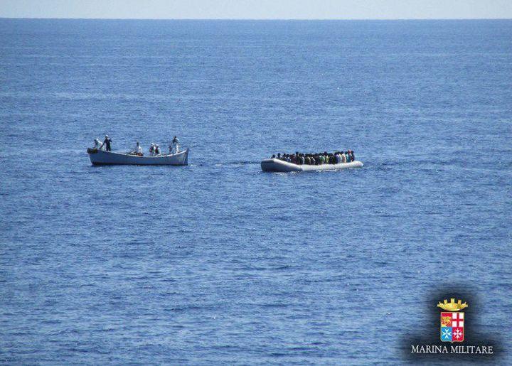 6 septembre 2014. Photo diffusée par le service de presse de la marine italienne montrant une opération de sauvetage de migrants aux abords de l'île italienne de Lampedusa. (AFP PHOTO/MARINA MILITARE)