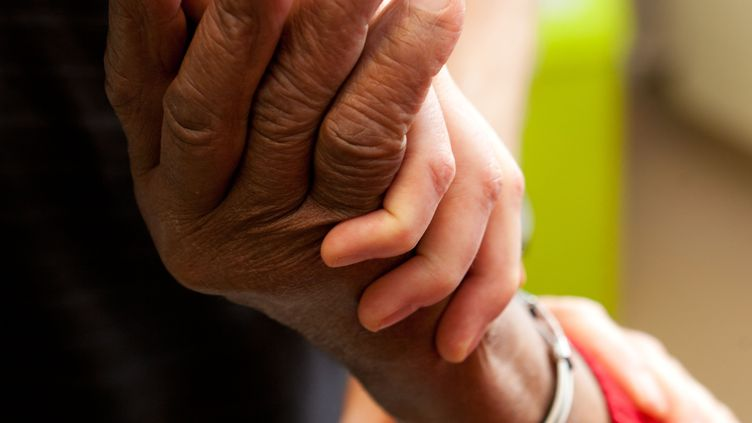 Un patient pris en charge pour la maladie de Parkinson, dans le Loiret. (UIG VIA GETTY IMAGES)
