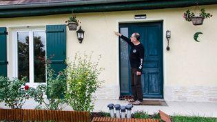 Didier Clairembeaud montre l'une des fissures de sa maison, le 3 octobre 2018 à Rully (Saône-et-Loire). (THOMAS BAÏETTO / FRANCEINFO)