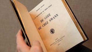 """Une édition originale et rarissime du roman """"Du côté de chez Swann"""" de Marcel Proust en vente chez Sotheby's à Paris  (Thomas Samson / AFP)"""