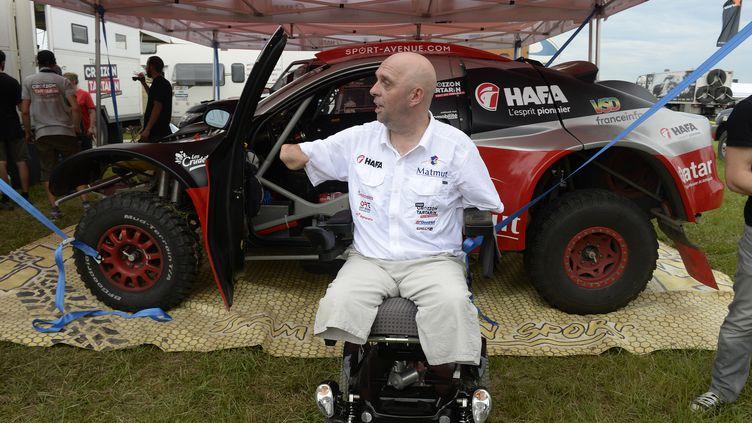 L'aventurier quadri-amputé Philippe Croizon pose devant son véhicule, avant le départ du Dakar 2017, le 30 décembre 2016, au Paraguay. (ERIC VARGIOLU / E.V.A. / AFP)