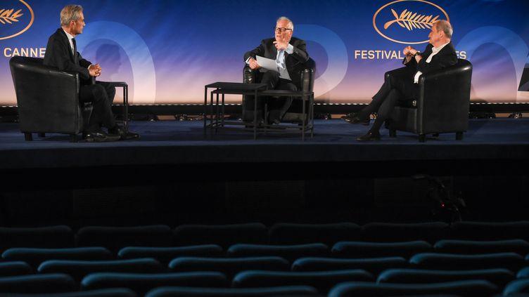 Le présentateur de Canal+Laurent Weil aux côtés du délégué général du festival de Cannes Thierry Fremaux (C) et du président Pierre Lescure (G) présente la sélection officielle du 73e festival de Cannes (2020). (SERGE ARNAL / STARFACE)