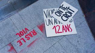 Une affiche lors d'une manifestation contre les violences sexuelles et sexistes, place de la République, à Paris, le 7 mars 2021. (AMAURY CORNU / HANS LUCAS)