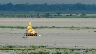 Une statue géante du dieu hindou Shiva est entourée par les eaux en crue du Ganges à Allahabad (Inde), le 1er juillet 2013. (SANJAY KANOJIA / AFP)