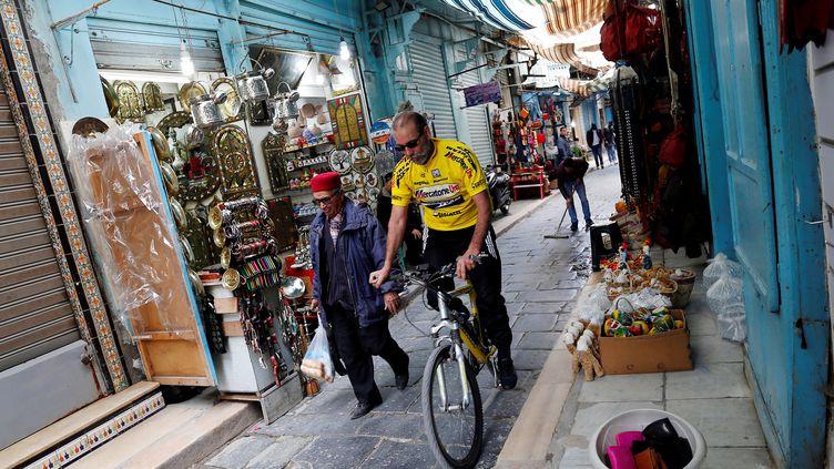 Un cycliste dans la casbah de Tunis, en février 2017. (ZOUBEIR SOUISSI / REUTERS)