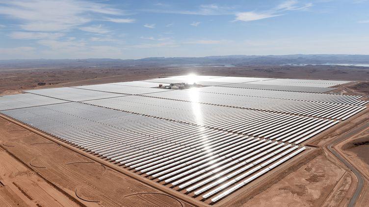 Centrale solaire près de Ouarzazate au Maroc. Le royaume investit massivement dans le développement des énergies renouvelables. (FADEL SENNA / AFP)