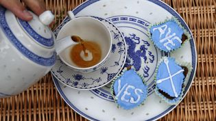 Un partisan du oui à l'indépendance de l'Ecosse se sert une tasse de thé partisane àBerwick-upon-Tweed (Royaume-Uni), le 7 septembre 2014. (RUSSELL CHEYNE / REUTERS)