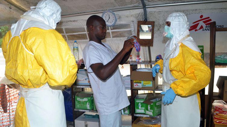 Des membres de Médecins sans frontières (MSF) dans l'hôpital Donka, le 23 Juillet, 2014 à Conakry (Guinée). (CELLOU BINANI / AFP)