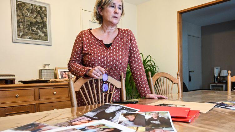 Pascale Descamps devant des photos de sa fille et de ses petits-enfants, dont elle demande le rapatriement, à Boulogne-sur-Mer (Pas-de-Calais), le 25 novembre 2020. (DENIS CHARLET / AFP)