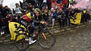 Oliver Naesen (AG2R La Mondiale) dans le Mur de Geraardsbergen lors de la 102e édition du Tour des Flandres, le 1er avril 2018. (DIRK WAEM / BELGA MAG / AFP)
