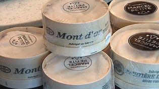 Dans sa boite d'épicéa, le Mont d'Or fait son grand retour dans le Doubs. Les mateurs du fromage attendaient ce moment avec impatience. (France 3)