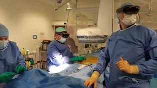 Un casque de réalité virtuelleutilisé lundi11 mai dansunesalled'opérationdel'hôpitalprivédesFranciscainesàNîmes. (SOLENNE LE HEN / RADIO FRANCE)