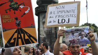 Un manifestant brandit une pancarte anti-LDJ, dans une manifestation pro-palestinienne, à Paris, le 23 juillet 2014. (ALAIN COUTURIER / CITIZENSIDE / AFP)