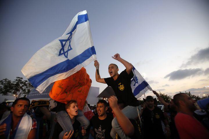 Les manifestants de l'organisation d'extrême droite israélienne Lehava ont été tenu à distance par la police. (GALI TIBBON / AFP)