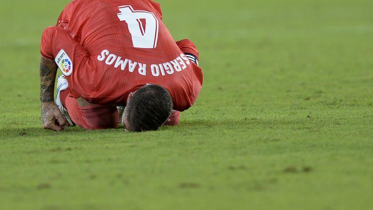 Sergio Ramos et le Real ont pris l'eau (3-0) face à Séville. (CRISTINA QUICLER / AFP)