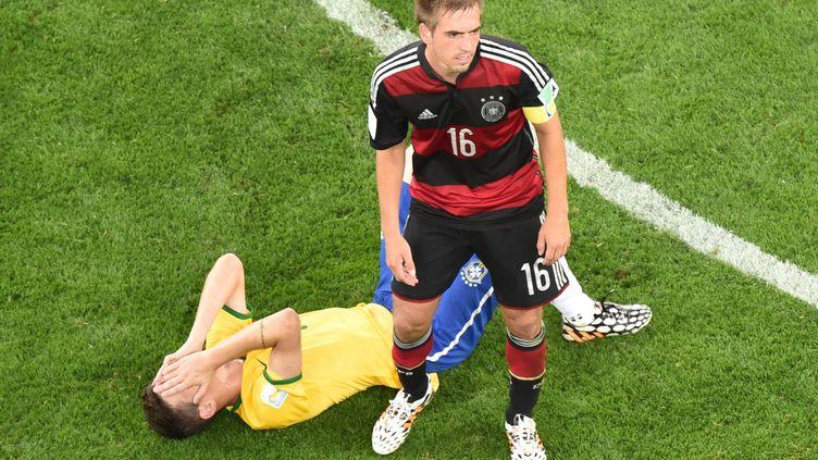 Le Brésil Oscar effondré lors de la demi-finale contre l'Allemagne de Philipp Lahm (FRANCOIS XAVIER MARIT / AFP)