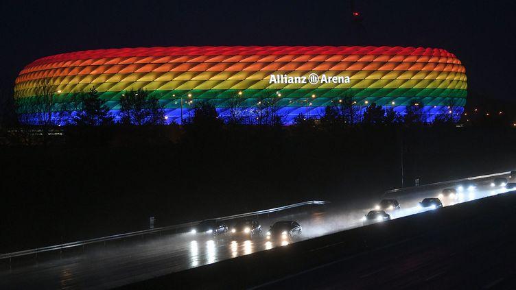 Le stade de Munich (Allemagne) illuminé aux couleurs de l'arc-en-ciel, le 30 janvier 2021. (ANDREAS GEBERT / POOL / AFP)
