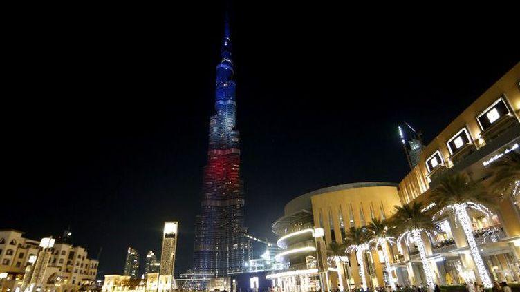 La tour al-Khalifa à Dubaï illuminée aux couleurs de la France, le 15 novembre 2015. (AFP/Karim Sahib)