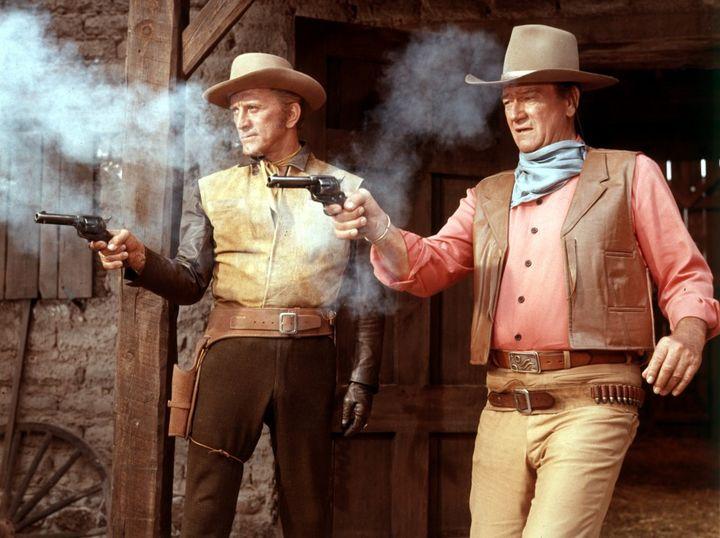"""Kirk Douglas et John Wayne dans """"La Caravane de feu"""" de Burt Kennedy (1967). (ARCHIVES DU 7EME ART)"""