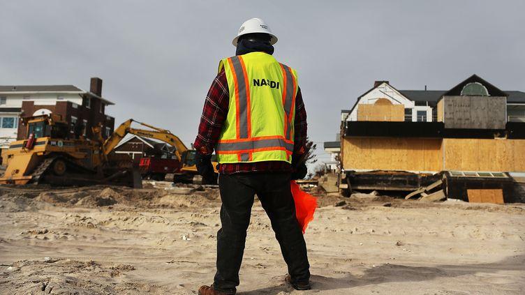 Des ouvriers construisent une digue le long de la plage de Belle Harbor, dans le Queens, à New York (Etats-Unis), le 2 janvier 2013. (SPENCER PLATT / GETTY IMAGES NORTH AMERICA / AFP)