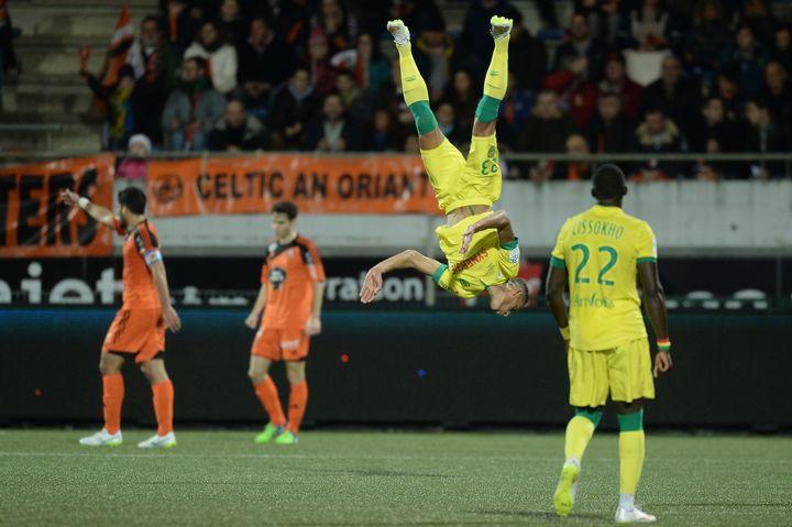 L'attaquant du FC Nantes Yacine Bammou effectue un salto après son but contre Lorient, le 20 décembre 2014, à Lorient (Morbihan). (JEAN-SEBASTIEN EVRARD / AFP)