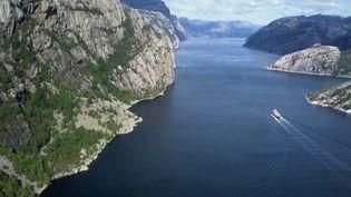 Dans son premier feuilleton de la semaine, la rédaction du 13 Heures part à la découverte d'un des endroits les plus impressionnants d'Europe : les fjords de Norvège. (France 2)