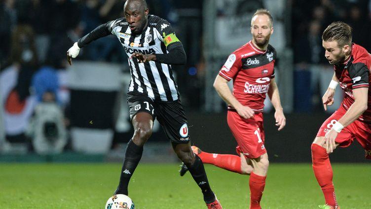 Le capitaine Cheick N'Doye et ses coéquipiers angevins tenteront de déborder Guingamp comme ils l'ont fait le 18 mars dernier (3-0). (JEAN-FRANCOIS MONIER / AFP)