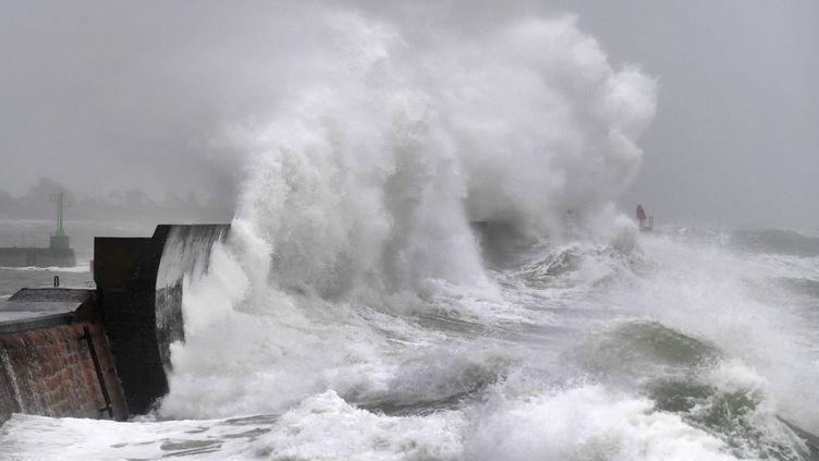 Une vague frappe la jetée àPlobannalec-Lesconil (Finistère), lors de la tempête Ciara le 9 février 2020. (FRED TANNEAU / AFP)