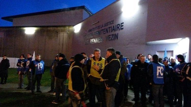 Une centaine de surveillants de prison de tout le grand ouest est rassemblée le 14 janvier 2014 devant le centre pénitentiaire de Vezin-le-Coquet, près de Rennes (Ille-et-Vilaine). (GILLES LE MORVAN / FRANCE 3 BRETAGNE)