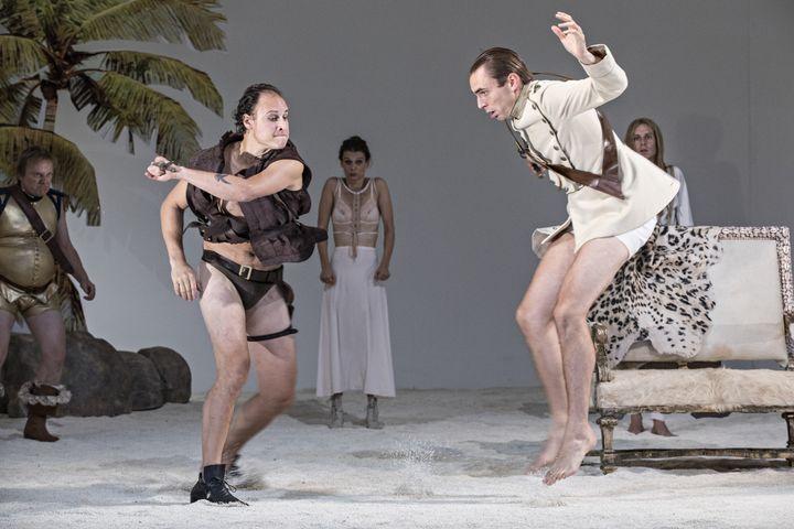 Noam Morgensztern (Antonio) et Yoann Gasiorowski (capitaine du vaisseau naufragé, au service d'Orsino)  (Jean-Louis Fernandez, coll. Comédie-Française )
