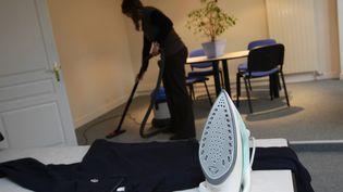 Une employée fait le ménage chez un particulier. (JEAN FRANCOIS FREY / MAXPPP)