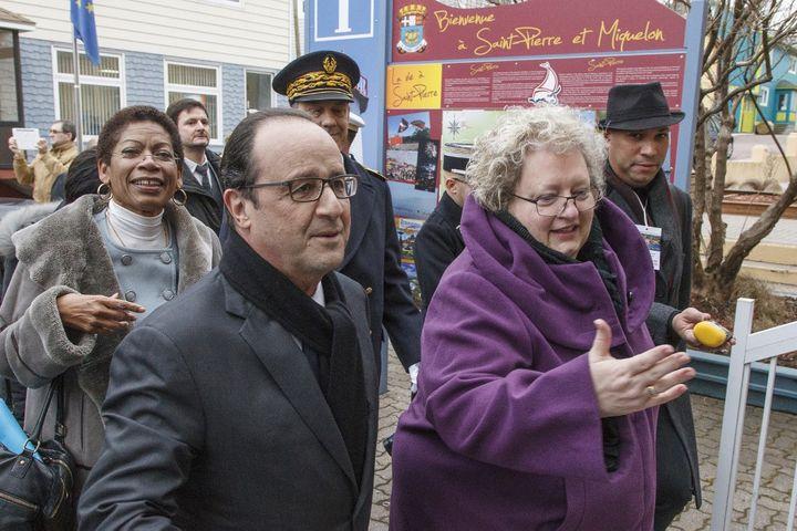 Karine Claireaux, maire de Saint-Pierre, lors d'une visite de François Hollande à Saint-Pierre-et-Miquelon, en décembre 2014. (JEAN-CHRISTOPHE L'ESPAGNOL / AFP)