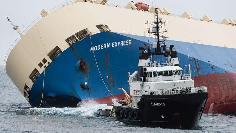 """Le 1er Février 2016. Le cargo panaméen """"Modern Express"""" remorquéau large des côtes landaises (MARINE NATIONALE / AFP)"""