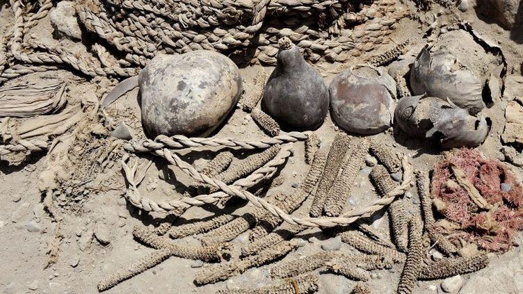 """Au Pérou, les 2 momies se trouvaient au sommet d'une pyramide tronquée de 20 mètres de haut située dans le complexe de la """"huaca"""" (site religieux en langue quechua) de Pucllana, à Miraflores, quartier liménien cossu (octobre 2013)  (CRIS BOURONCLE / AFP)"""