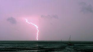 Un orage photographié depuis le bassin d'Arcachon (Gironde), le 5 mai 2017 (NICOLAS TUCAT / AFP)
