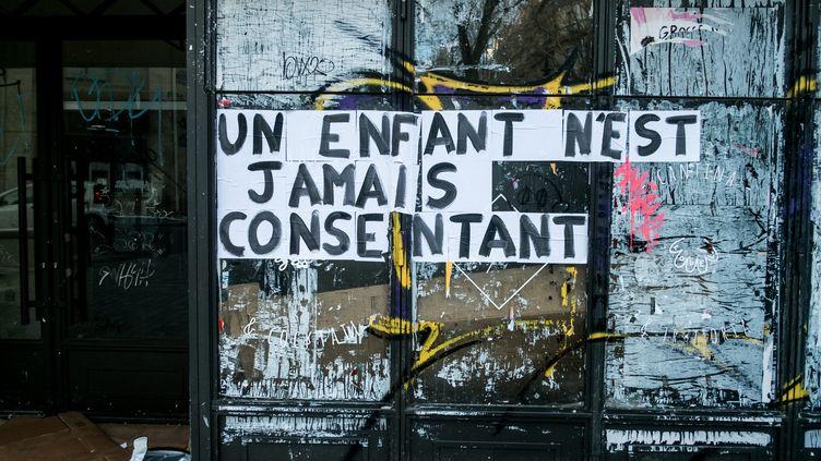 Collage dans le quartier latin à Paris. (MICHAEL BUNEL / LE PICTORIUM / MAXPPP)