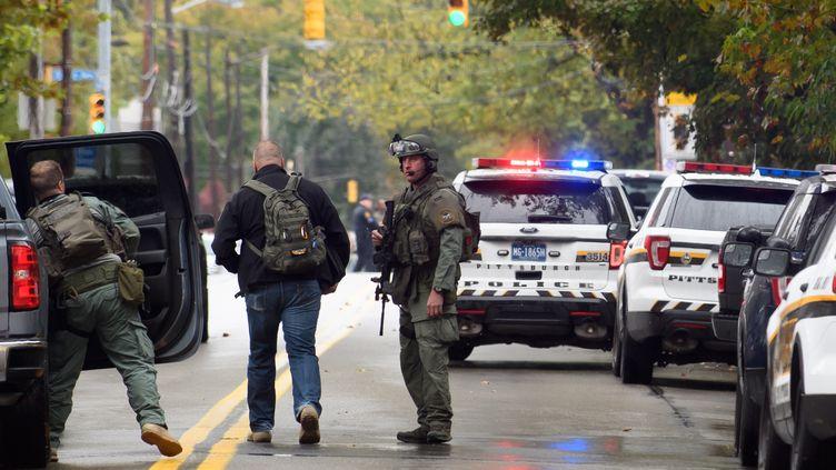 Des membres des forces de police sont mobilisés alors qu'un homme a ouvert le feu dans une synagogue de Pittsburgh. (JEFF SWENSEN / GETTY IMAGES NORTH AMERICA)