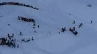 Capture d'écran montrant les secours dans lastationdes Deux Alpes (Isère) après l'avalanche meurtrière du 13 janvier 2016. (FRANCE 2)