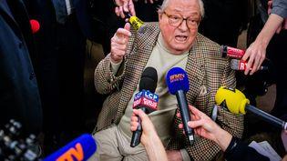 Le président d'honneur du FN, Jean-Marie Le Pen, répond aux journalistes lors du premier tour des élections départementales, le 22 mars 2015 à Nanterre (Hauts-de-Seine). (MAXPPP)